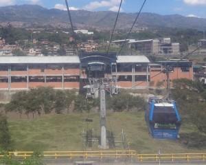 Estação de Metrô e Metrocable (Teleférico) de Medellín